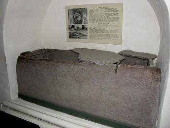 Шиферная гробница,найденная возле Спасского собора - ft_23.11.12_sobor_04.jpg