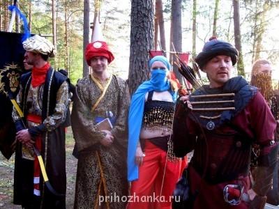 В 2010 ездили харадримами - восточная народность из Властелина колец . Обшивала мужа и себя. И ещё другу делала чалму золотую . - z_00af90a1.jpg